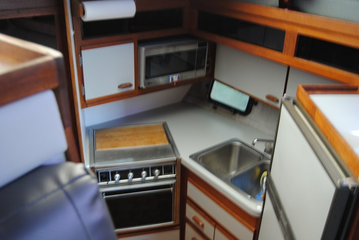 1986 Cruisers Yachts 3380 Chateau Vee / Esprit Photo 3 of 7