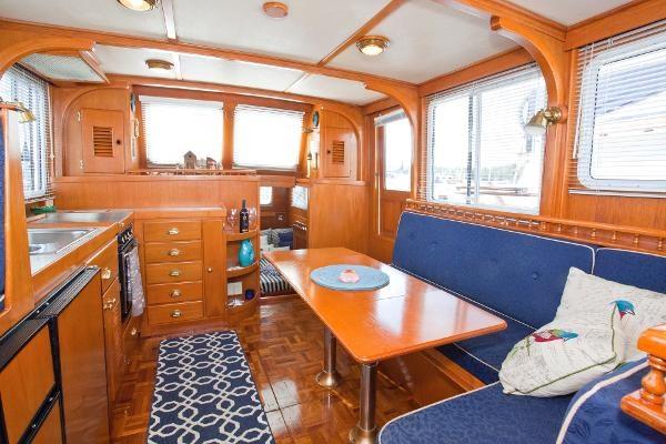 1983 Universal Marine Tri Cabin Photo 3 sur 23