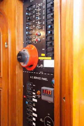 1983 Universal Marine Tri Cabin Photo 5 sur 23