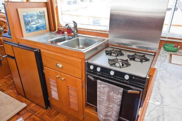 1983 Universal Marine Tri Cabin Photo 7 sur 23