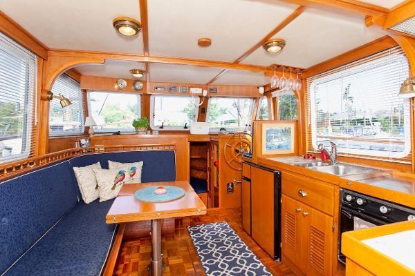 1983 Universal Marine Tri Cabin Photo 10 sur 23