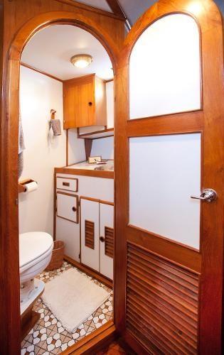 1983 Universal Marine Tri Cabin Photo 11 sur 23