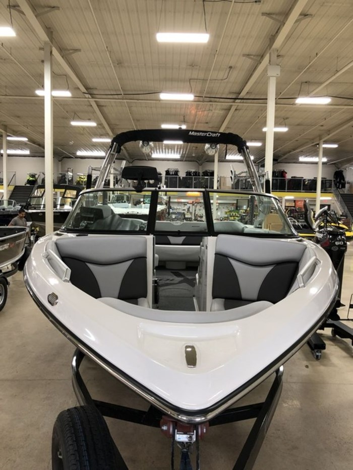 2017 MasterCraft X10 Photo 2 of 17