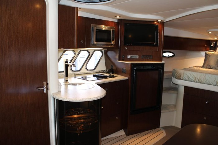 2011 Cruisers Yachts Express 360 Photo 12 sur 14