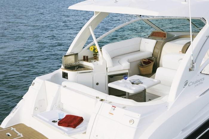 2011 Cruisers Yachts Express 360 Photo 7 sur 14
