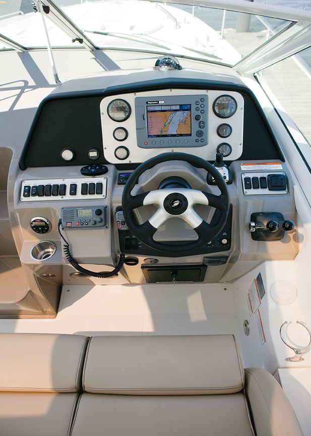 2011 Cruisers Yachts Express 360 Photo 5 sur 14