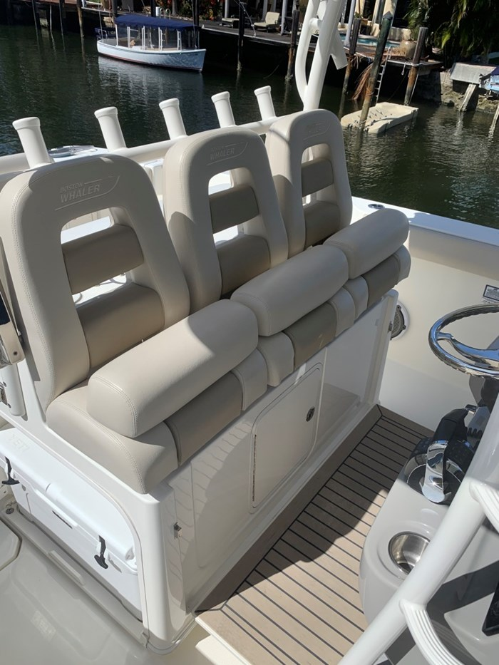 2017 Boston Whaler 350 Outrage Photo 8 sur 14