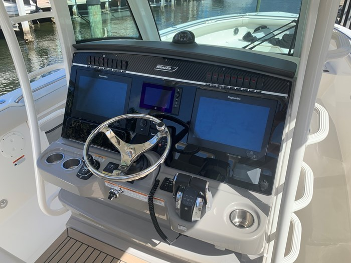 2017 Boston Whaler 350 Outrage Photo 9 sur 14
