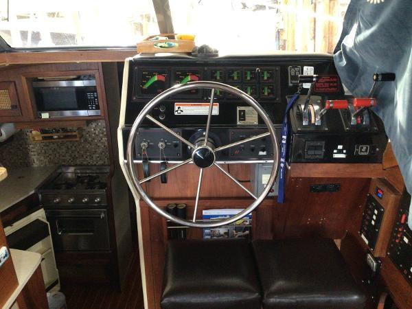 1986 Bayliner 3270 Motoryacht Photo 11 sur 23