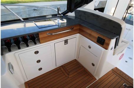 2021 Boston Whaler 405 Conquest Photo 9 sur 13