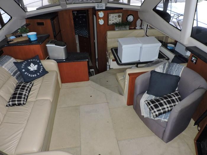 2000 Carver 404 Cockpit Motor Yacht Photo 13 of 42