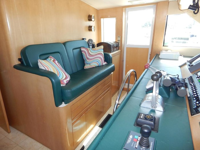 1998 Hatteras Sport Deck Motor Yacht Photo 16 of 40