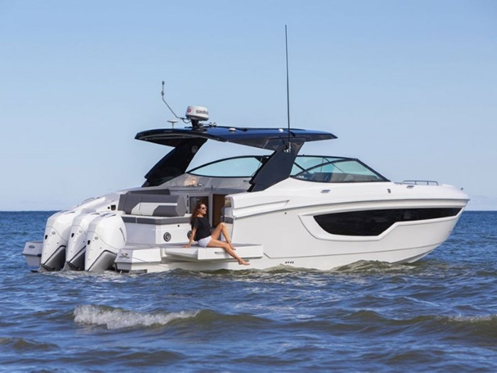 2021 Cruisers Yachts 38 GLS Outboard Photo 2 sur 9