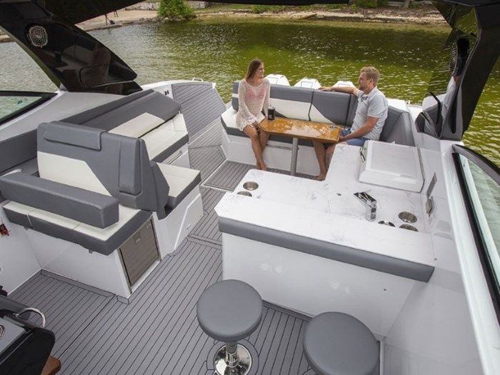 2021 Cruisers Yachts 38 GLS Outboard Photo 6 sur 9