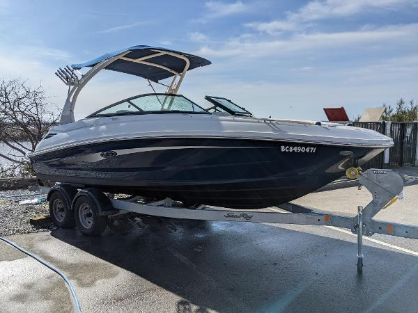 2017 Sea Ray 220 Sundeck Photo 1 sur 23