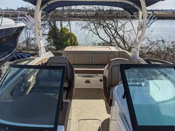 2017 Sea Ray 220 Sundeck Photo 4 sur 23