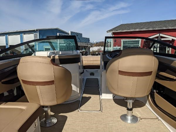 2017 Sea Ray 220 Sundeck Photo 7 sur 23