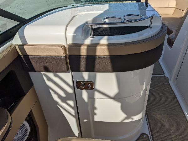 2017 Sea Ray 220 Sundeck Photo 11 sur 23