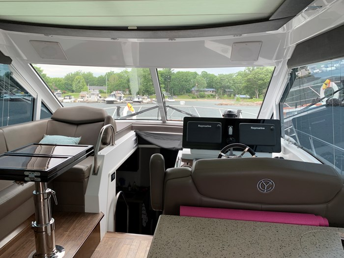 2014 Cruisers Yachts Cantius 48 Photo 21 of 23