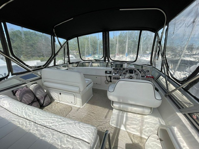 1996 Carver 32 Voyager Photo 3 of 3