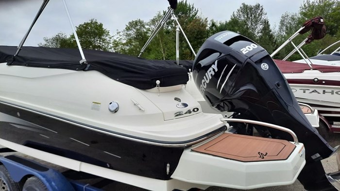 2014 Sea Ray 240 Sundeck Outboard Photo 3 of 14