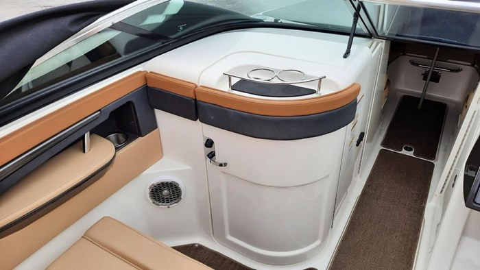 2014 Sea Ray 240 Sundeck Outboard Photo 9 of 14
