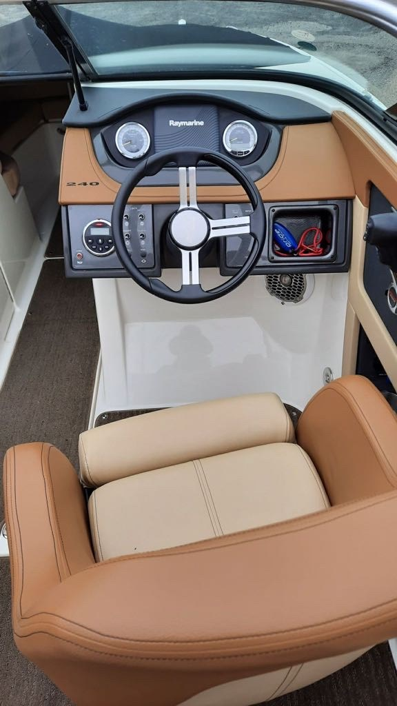 2014 Sea Ray 240 Sundeck Outboard Photo 13 of 14